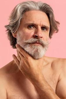 Porträt des älteren bärtigen mannes