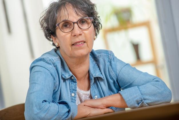 Porträt des älteren brunette mit blue jeansjacke