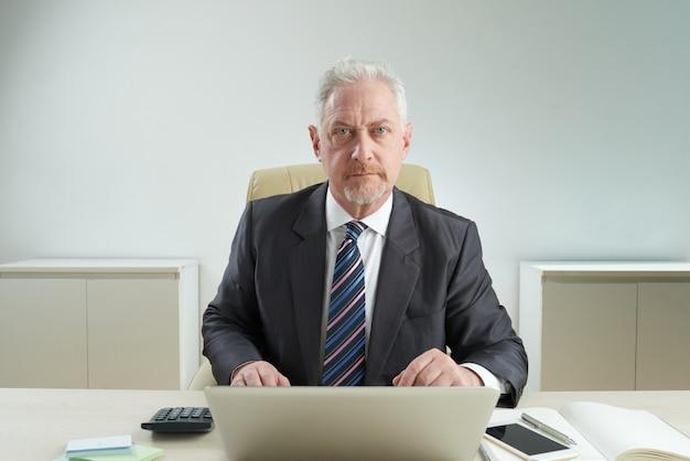 Porträt des älteren büroangestellten