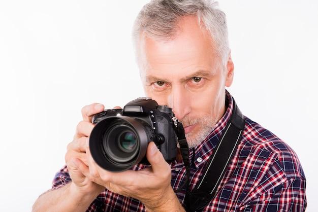 Porträt des älteren fotografen mit kamera in ihren händen