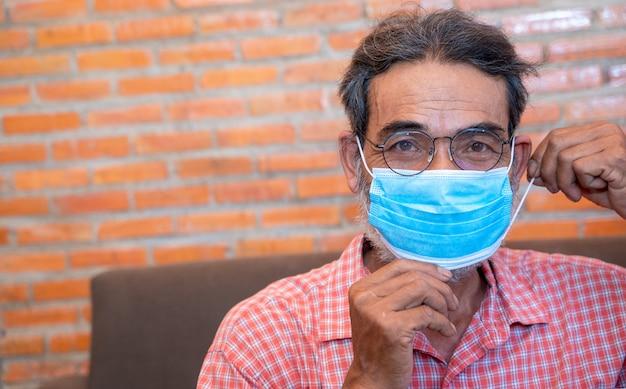 Porträt des älteren mannes bereit, schutzmaske zu tragen