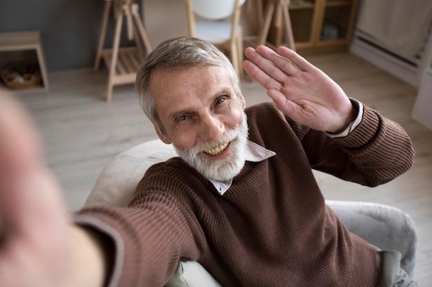 Porträt des älteren mannes, der auf kamera verzichtet