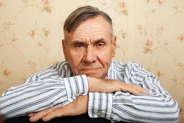 Porträt des älteren mannes, der zu hause entspannt