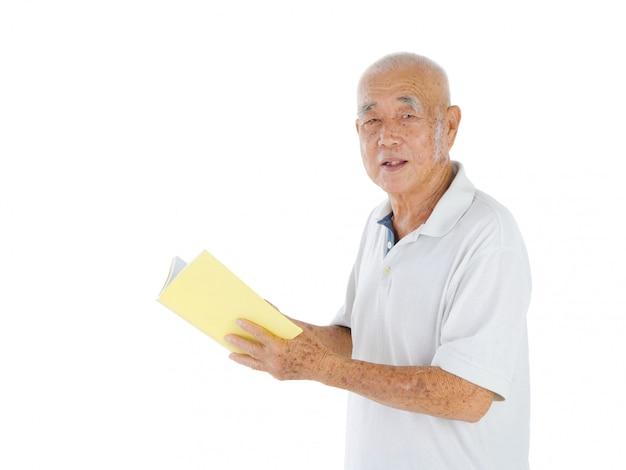 Porträt des älteren mannes ein buch über weiß stehend und lesend