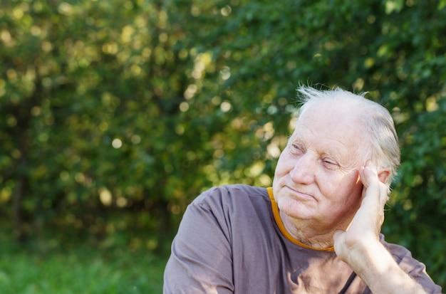 Porträt des älteren mannes im park