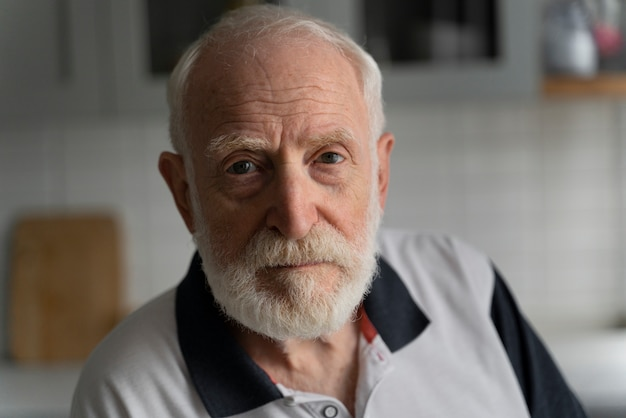 Porträt des älteren mannes mit alzeihmer