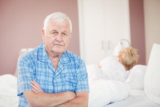 Porträt des älteren mannes zu hause sitzend