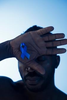 Porträt des afroamerikaners mit blauem band