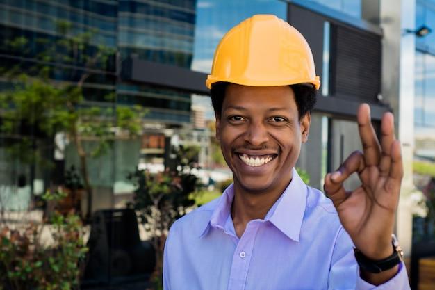 Porträt des afroamerikanischen architekten im schutzhelm