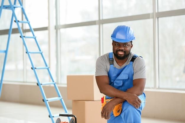 Porträt des afroamerikanischen elektrikers im raum
