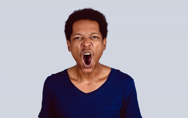 Porträt des afroamerikanischen schreienden.