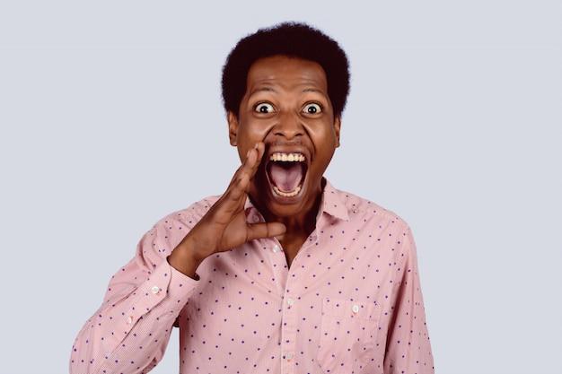 Porträt des afroamerikanischen schreiens.