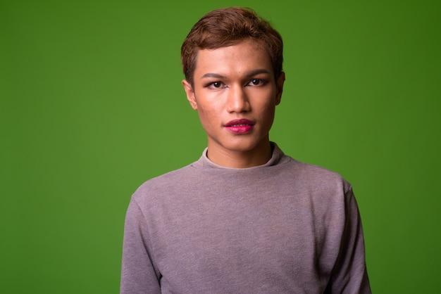 Porträt des androgynen jungen asiatischen mannes, der make-up trägt