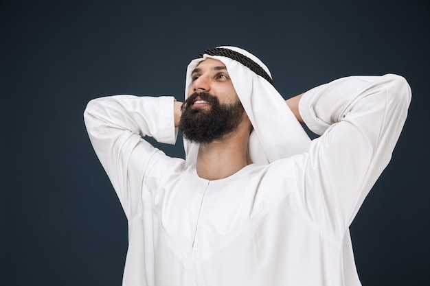 Porträt des arabischen saudi-scheichs. junges männliches modell stehend und ruhend.
