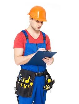 Porträt des arbeiters mit werkzeugen, planen und schreiben der notiz isoliert auf weiß