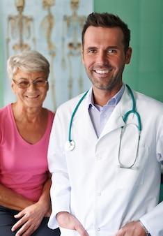 Porträt des arztes mit seinem älteren patienten