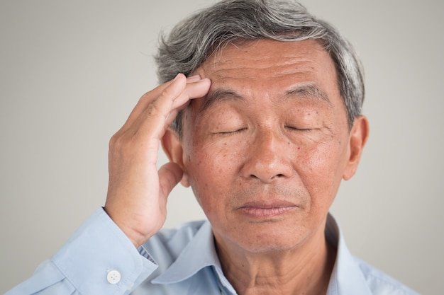 Porträt des asiatischen älteren mannes