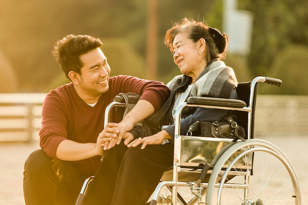 Porträt des asiatischen älteren sohnlächelns der mutter und des jungen mannes und des glücklichen gesichtes