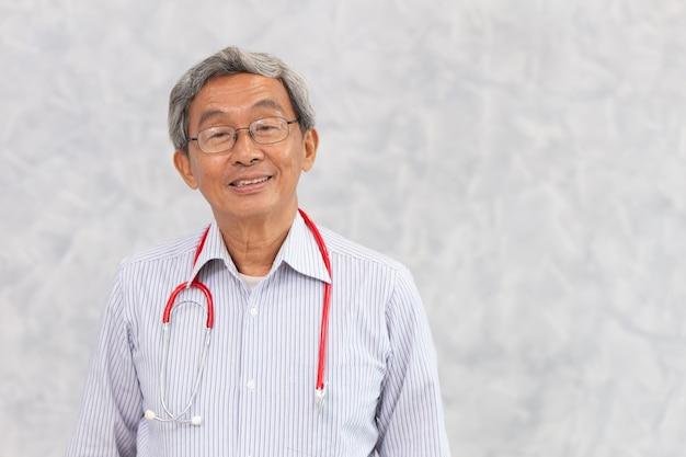 Porträt des asiatischen alten stehenden lächelns des gesunden alten mannes des chinesischen arztes mit raum für text.
