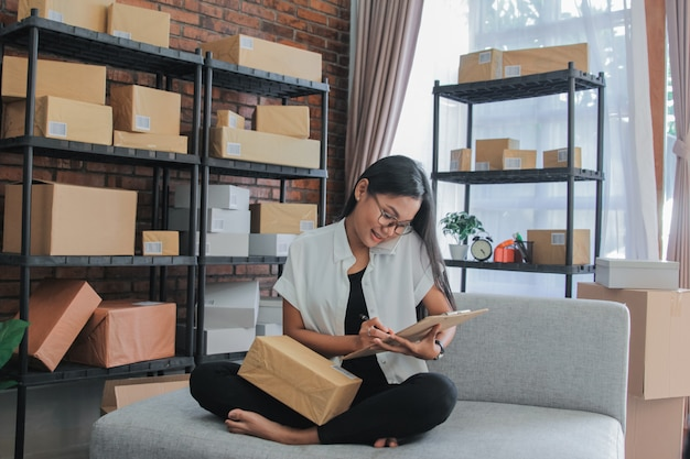 Porträt des asiatischen geschäftsfrauenanrufs mit smartphone arbeiten zu hause