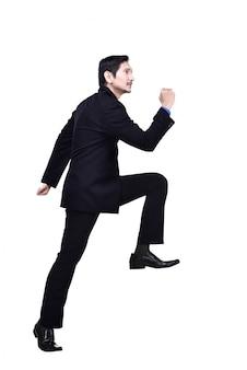 Porträt des asiatischen geschäftsmannes gehend herauf treppe
