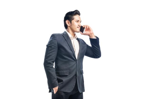 Porträt des asiatischen geschäftsmannes sprechend am telefon