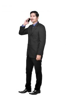 Porträt des asiatischen geschäftsmannes sprechend auf dem mobiltelefon