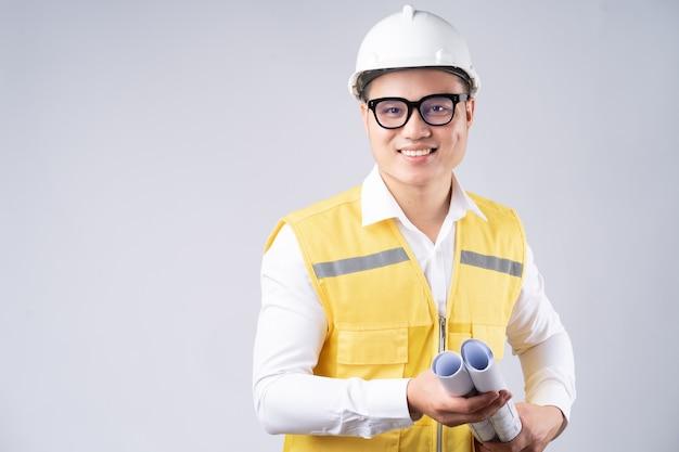 Porträt des asiatischen ingenieurs mit dem lächeln auf grau