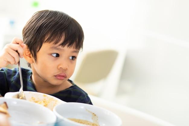 Porträt des asiatischen jungen auf weiß.