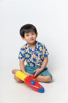 Porträt des asiatischen jungen lächelte mit wasserwerfer