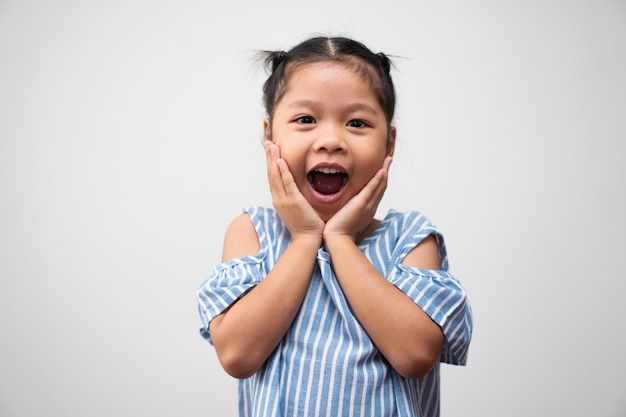 Porträt des asiatischen kindes 5 jahre alt und haare und ein großes lächeln auf weißem hintergrund zu sammeln