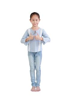 Porträt des asiatischen kleinen kindermädchens stehend und zwei daumen hoch zeigend