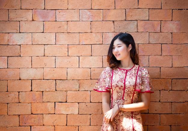 Porträt des asiatischen lächelns der jungen frau aufgeworfen