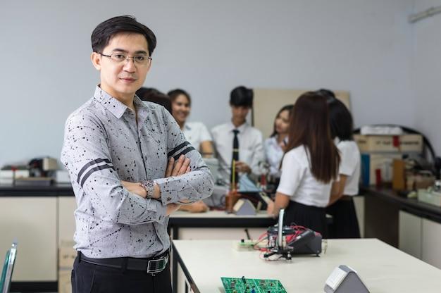 Porträt des asiatischen lehrers vor studenten im laborklassenzimmer