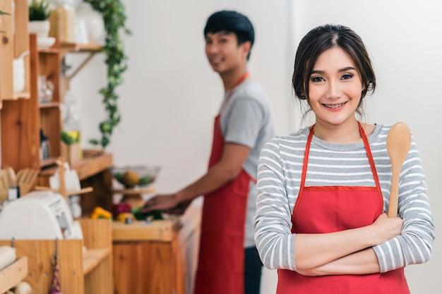 Porträt des asiatischen liebhaber- oder paarkochens