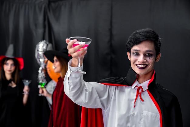 Porträt des asiatischen mannes im halloween-stoff