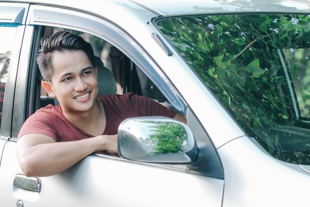 Porträt des asiatischen mannes in einem auto