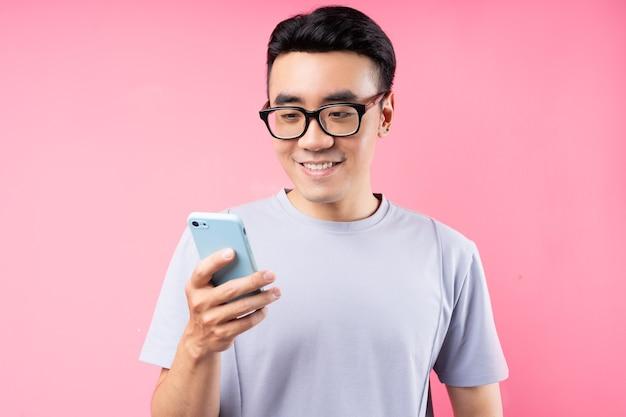 Porträt des asiatischen mannes unter verwendung des smartphones