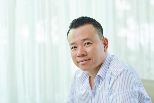 Porträt des asiatischen mittleren erwachsenen mannes