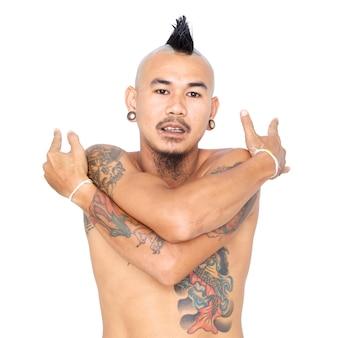 Porträt des asiatischen punkkerls, der sich umarmt