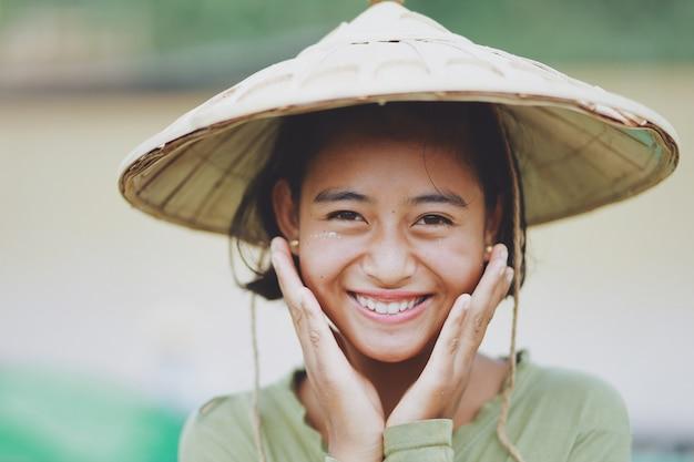 Porträt des asiatischen schönen birmanischen mädchenlandwirts auf myanmar