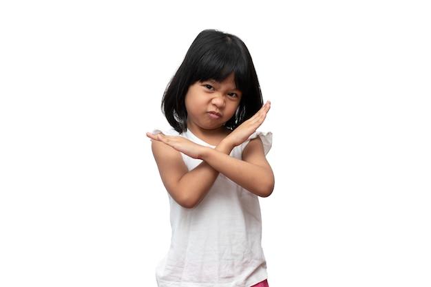Porträt des asiatischen verärgerten und traurigen kleinen mädchens auf weißem lokalisiertem hintergrund die emotion eines kindes