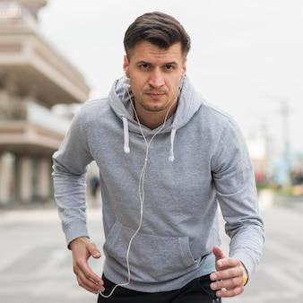 Porträt des athleten, der draußen trainiert