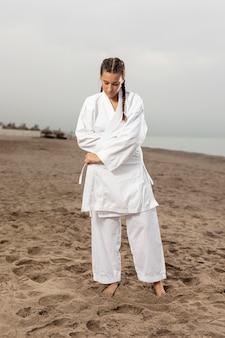 Porträt des athletischen mädchens in der karateausstattung