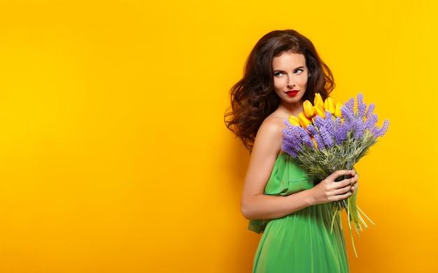 Porträt des attraktiven brunette im grünen kleid mit schönem florida
