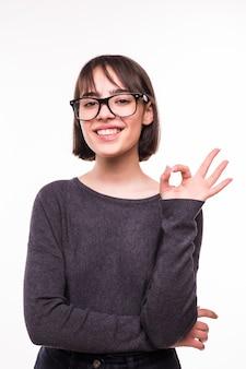 Porträt des attraktiven jungen jugendlich mädchens, das okay zeigt