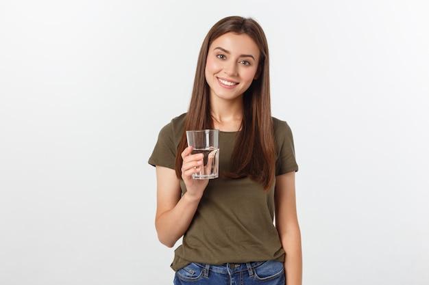 Porträt des attraktiven kaukasischen lächelnden trinkwassers der frau.