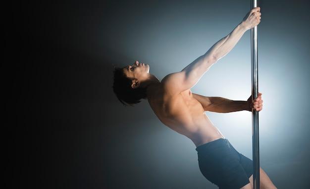 Porträt des attraktiven tanzens des jungen mannes