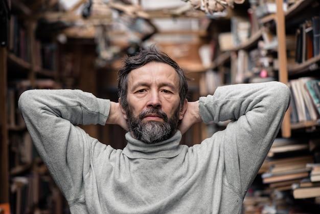 Porträt des authentischen älteren mannes auf buchmarkt