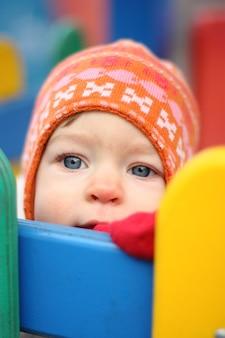 Porträt des babys im winter im freien